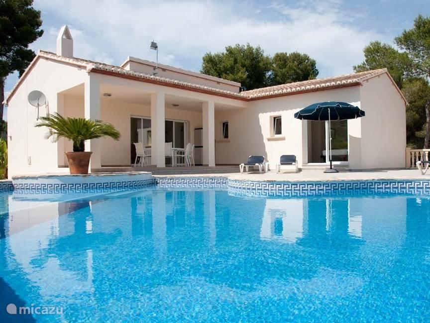 Heerlijke villa met bijzonder groot en vormgegeven zwembad