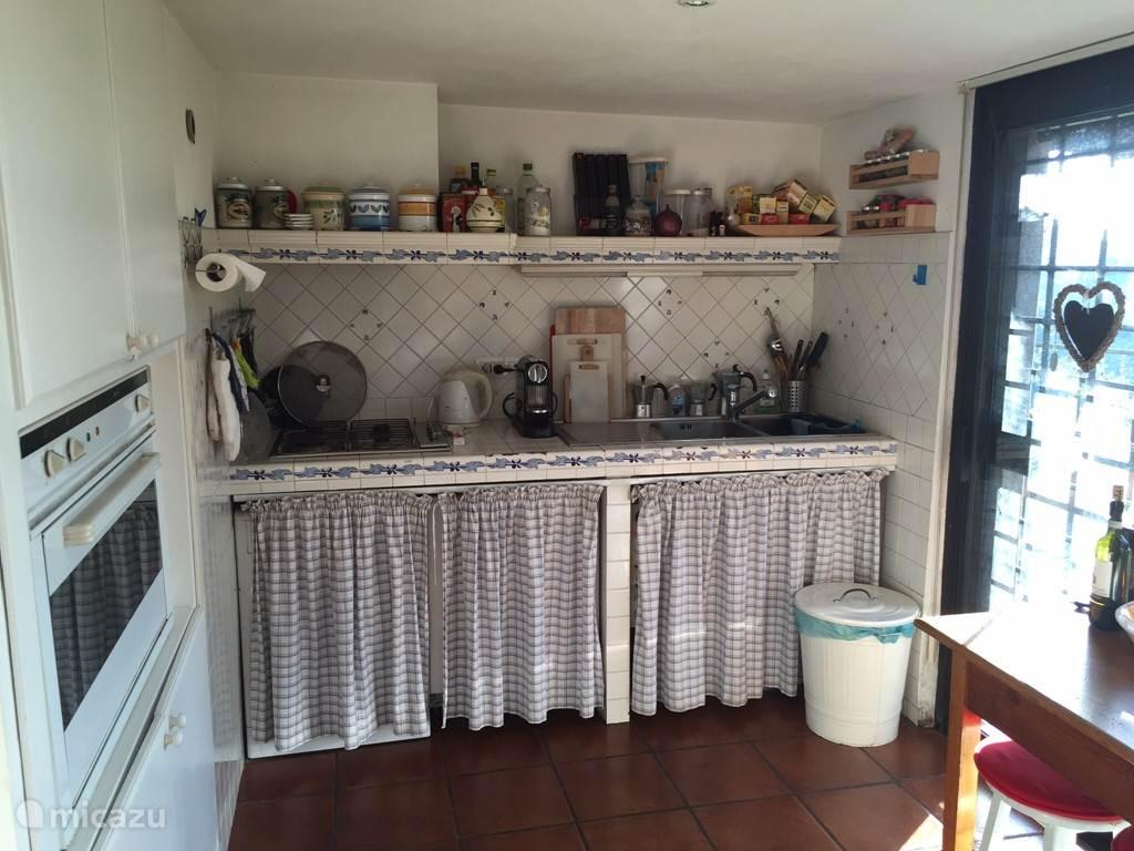 Keuken met schuifdeur naar veranda.