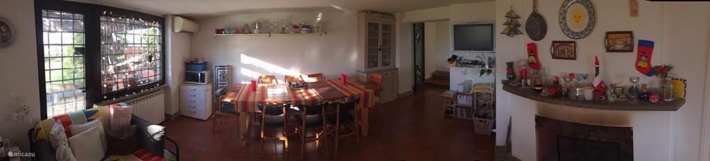 Ruime eetkamer met deur naar terras/veranda