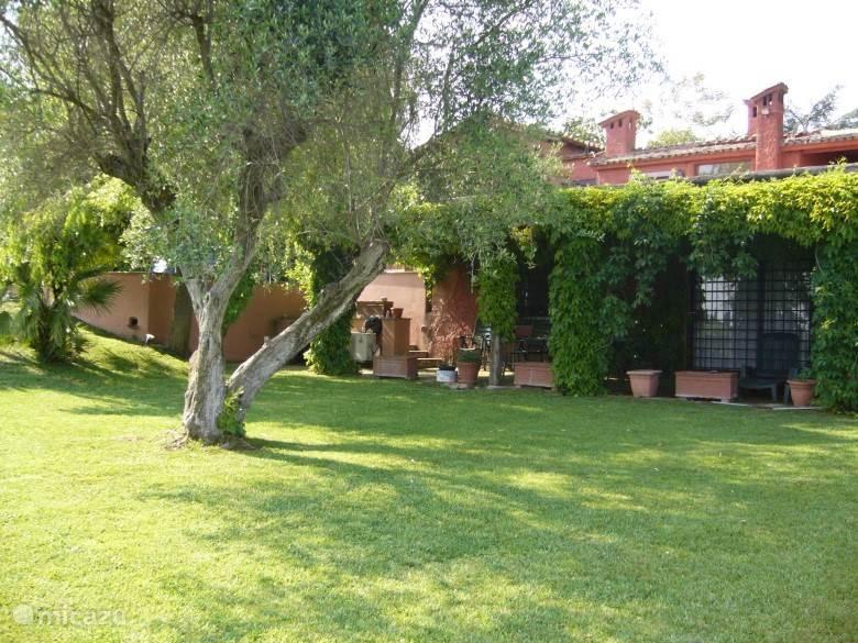 Huis vanuit tuin gezien