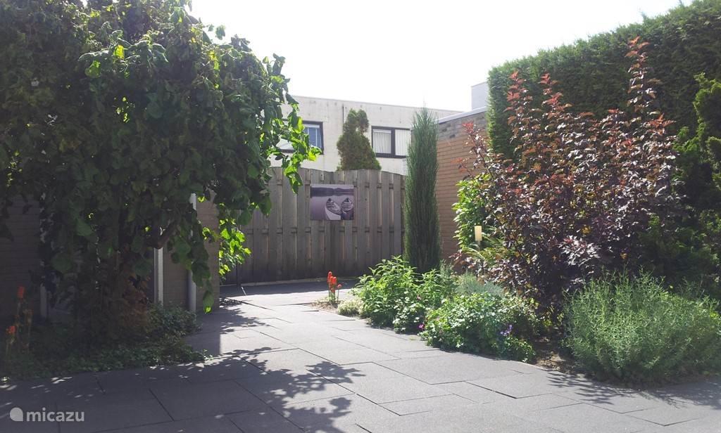 De Tuin; u kunt gebruik maken van verstelbare tuinstoelen, een heerlijke vestelbare ligstoel, een tafel en een Skottelbraai barbeque.