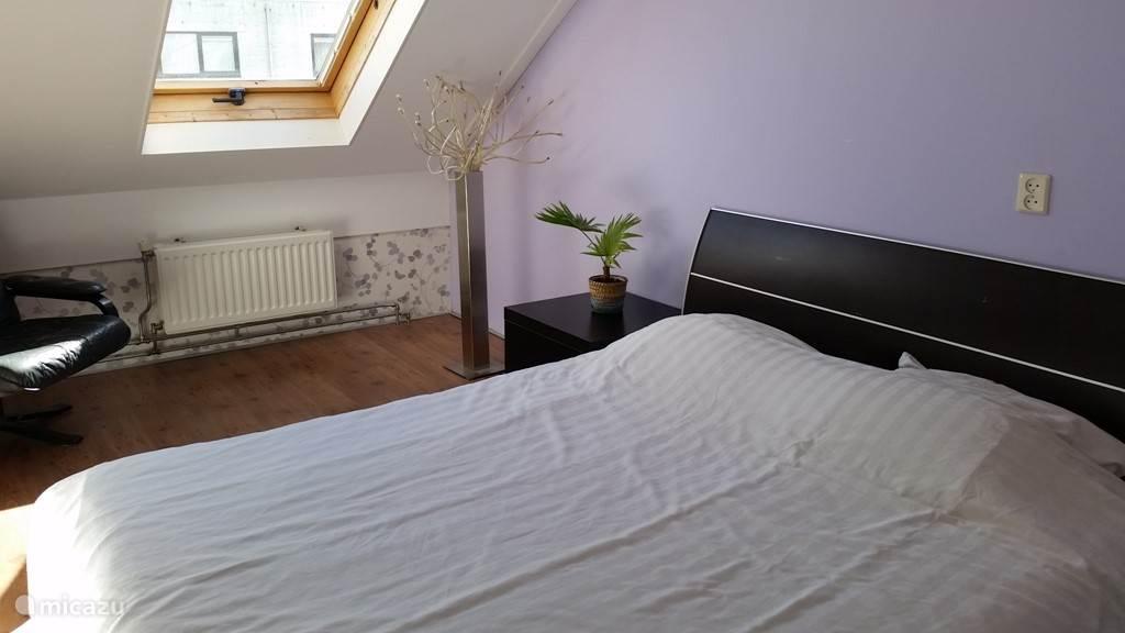 Slaapkamer met 2-persoons bed. De andere slaapkamer beschikt over 2 1-persoons bedden.