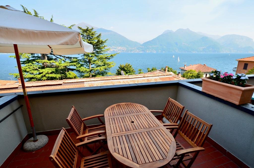 Sehr günstiger Preis! 6P Wohnung mit Balkon und fantastischem Blick auf den See, 2 slpks und 2 bks, direkt am Comer See, zentral gelegen 4 km Menaggio