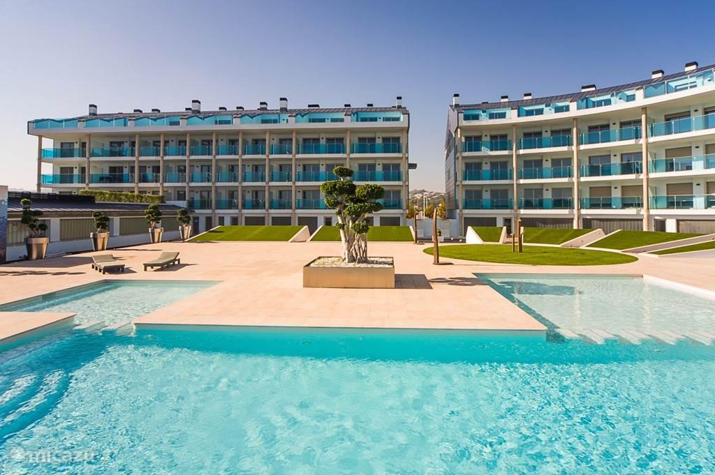 Het appartementen complex Salacia met zwembaden en zonneweide.