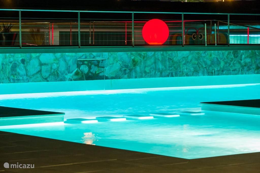 De verlichte zwembaden.