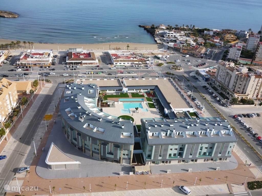 Luchtfoto van het appartementen complex Salacia op slechts 100 m. van de boulevard Arenal, de zee en het strand.