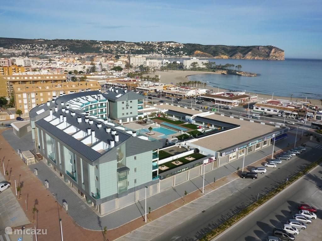 Luchtfoto van het luxe appartementen complex Salacia direct aan de Middellandse Zee.