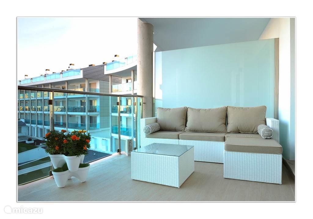 Eén van de 3 heerlijke terrassen met zeezicht.