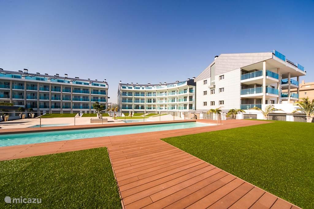 De fraai ontworpen binnentuin met diverse zwembaden en een heerlijke zonneweide.
