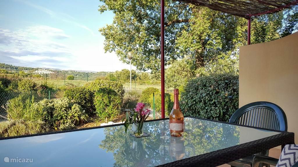 Terras met eigen tuin (100 m2) en tuinmeubel met prachtige uitzicht op het dorp Callian