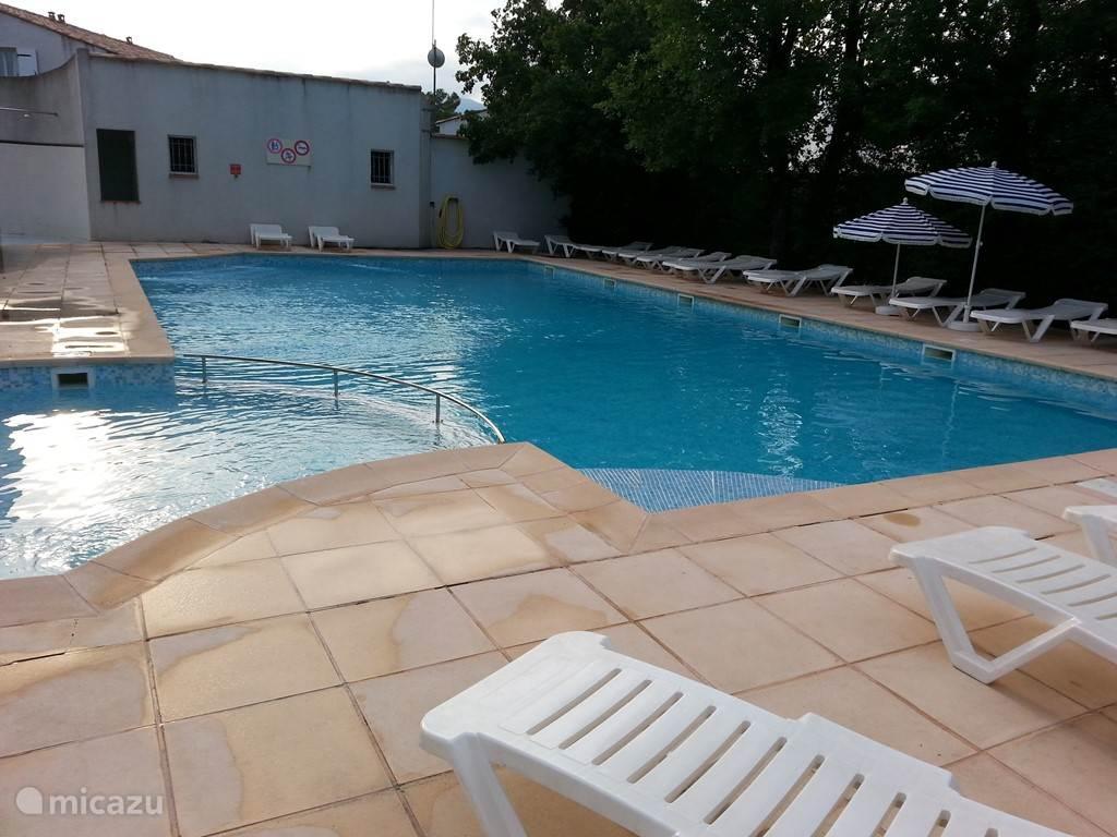 De eerste zwembad