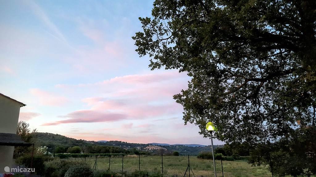 Mooie avond uitzicht vanuit ons terras en tuin