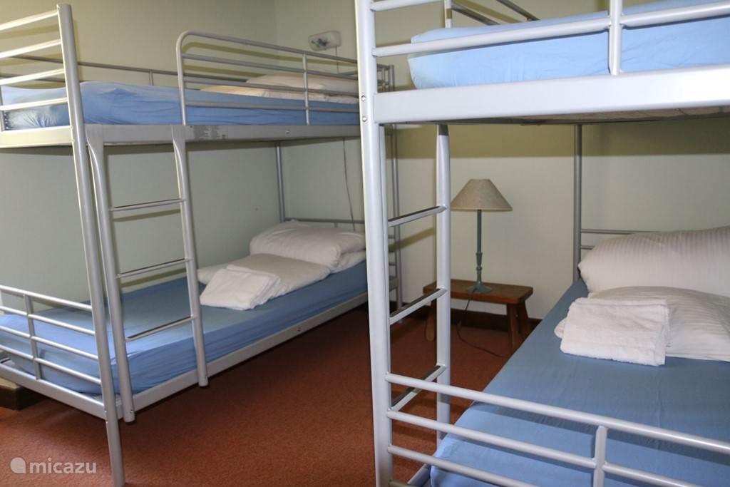 Kinderkamer met 2 stapelbeden