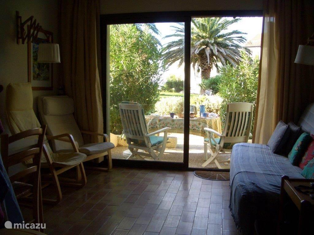 De gezellige woonkamer heeft een prachtig uitzicht over het terras.