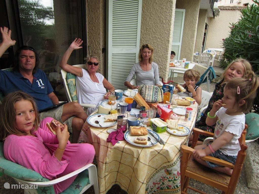 We eten altijd buiten het is heerlijk beschut en er is genoeg ruimte voor de eettafel.