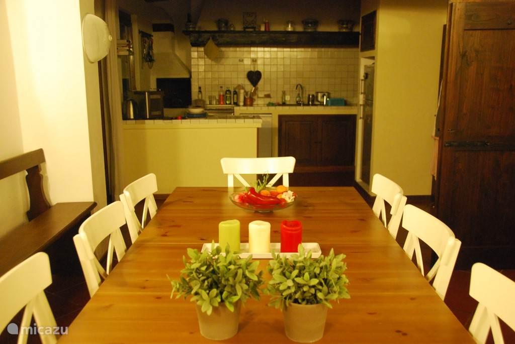 Gezellige ruime woonkeuken met deur naar buiten