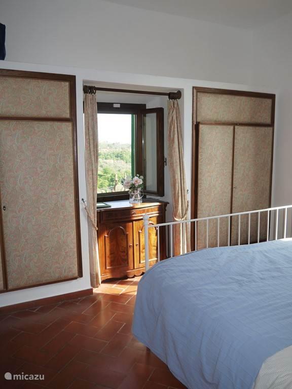 Slaapkamer 1: Ruime kledingkast en fijn uitzicht over de vallei