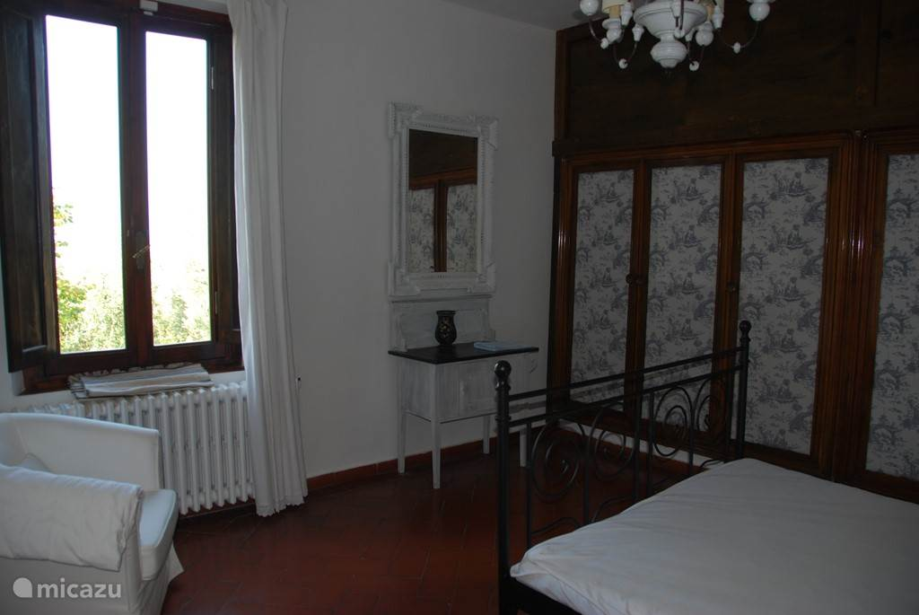 Slaapkamer 2: Grote kledingkast en zitje