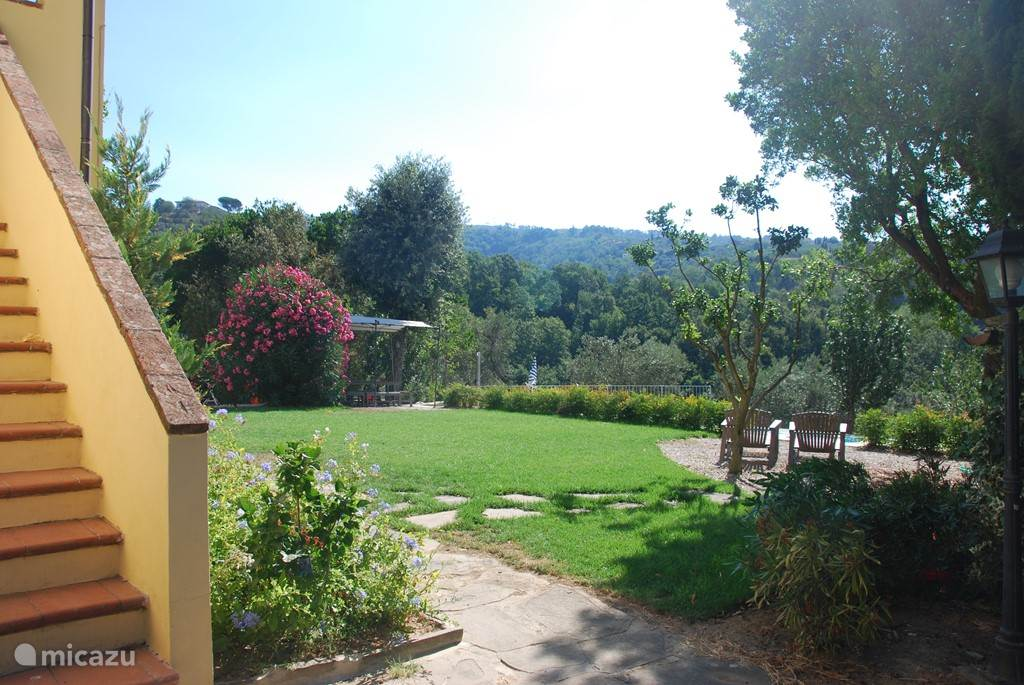 Ander aangezicht van de tuin, met de prachtig grote oleander en heerlijke loungestoelen die uitkijken op de vallei.