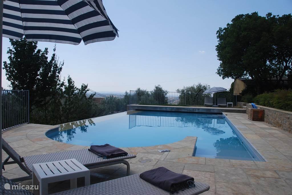 Een heerlijk zwembad met jacuzzi met jet-stream. Verstelbare ligbedden