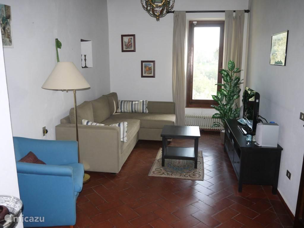 Televisiehoek (onderdeel van L-vormige woonkamer) Bank is op de foto in bedstand te zien. Deze hoek kan zeer goed als 4e slaapplek dienen.