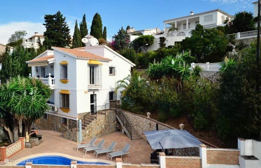 Omsloten tuin van Casa Andalucia met zwembad, loungeset, zonneplateau