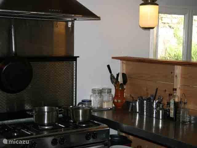 De moderne praktische keuken is van alle gemakken voorzien.