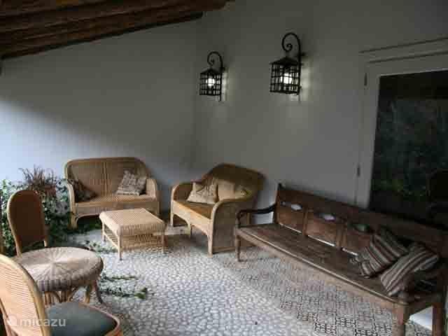 Het gezellige binnenterras is de plek om in de schaduw te eten, borrelen en te ontspannen