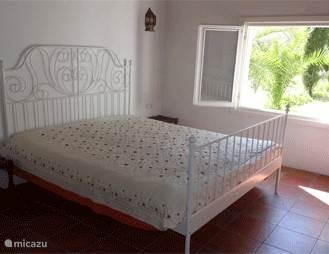 Een heerlijke ruime slaapkamer, met een ruim tweepersoonsbed. Met uitzicht op de natuur. Kinderbed en beddengoed aanwezig.