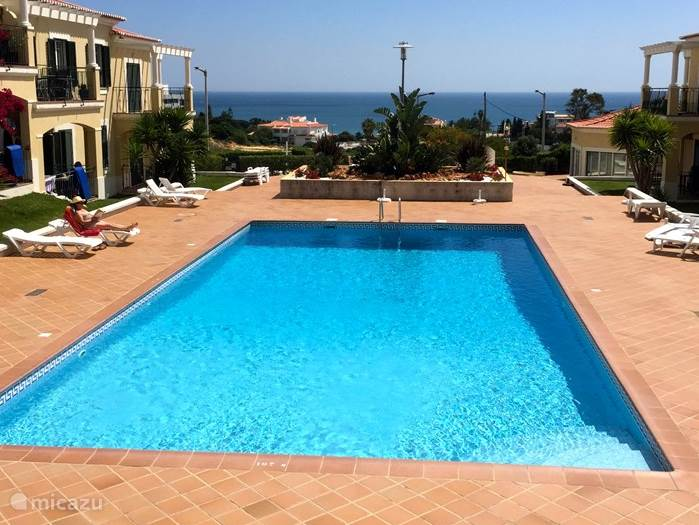 Zwembad met uitzicht op zee, wie wil dat nu niet?