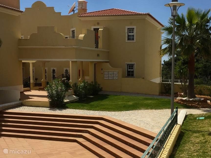 Het appartement bevindt zich op de eerste verdieping, en heeft ook uitzicht over zee en de omgeving