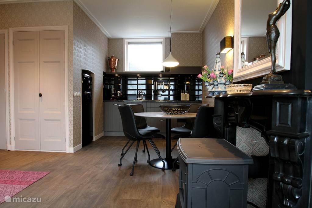 Offene Küche mit Geschirrspüler, Induktionsherd, Kamin und Kühlschrank