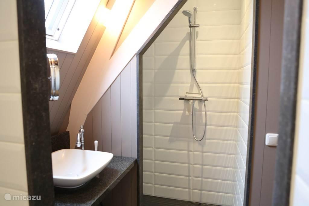 Iedere slaapkamer beschikt over een eigen douche, wc en badmeubel