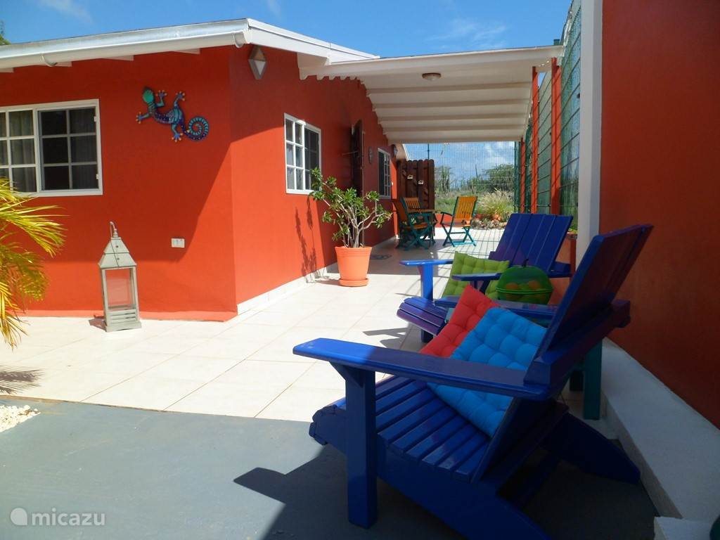 Lots of space, bright colors, lots of privacy in the Aruba Jew