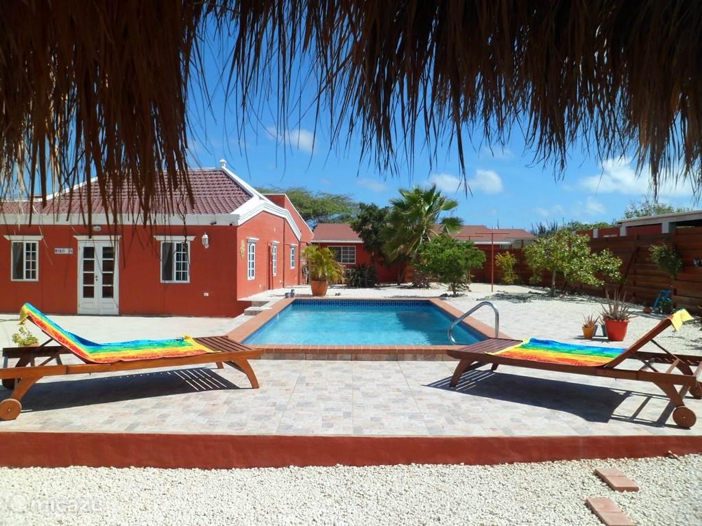 Tropische sferen in en rond het zwembad van de Aruba Jewel gelegen naast het hoofdhuis
