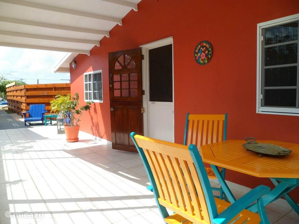 Het buitenterras met wandelpad naar Aruba Jewel