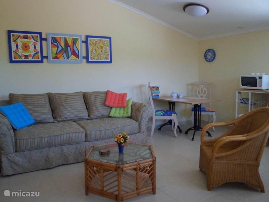 De woonkamer/eetkamer