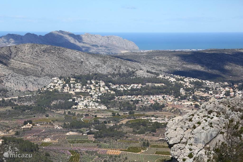 Zicht op de vallei en de zee vanaf de Col de Rates.