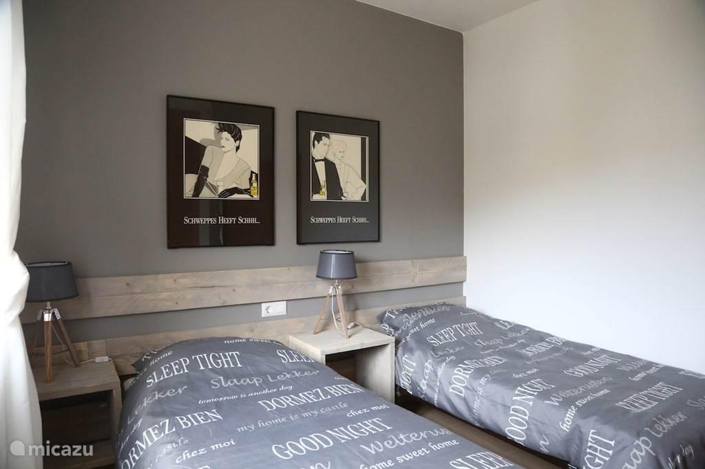 1e slaapkamer op begane grond met eigen badkamer.
