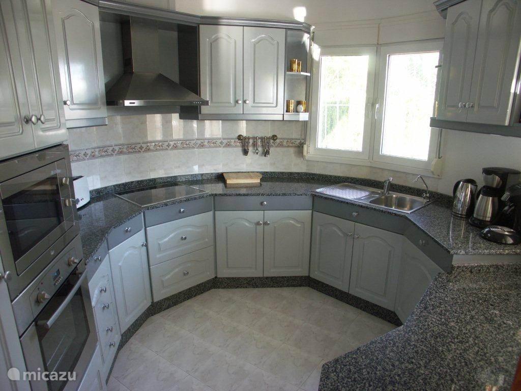 De compacte keuken met alles erop en eraan.
