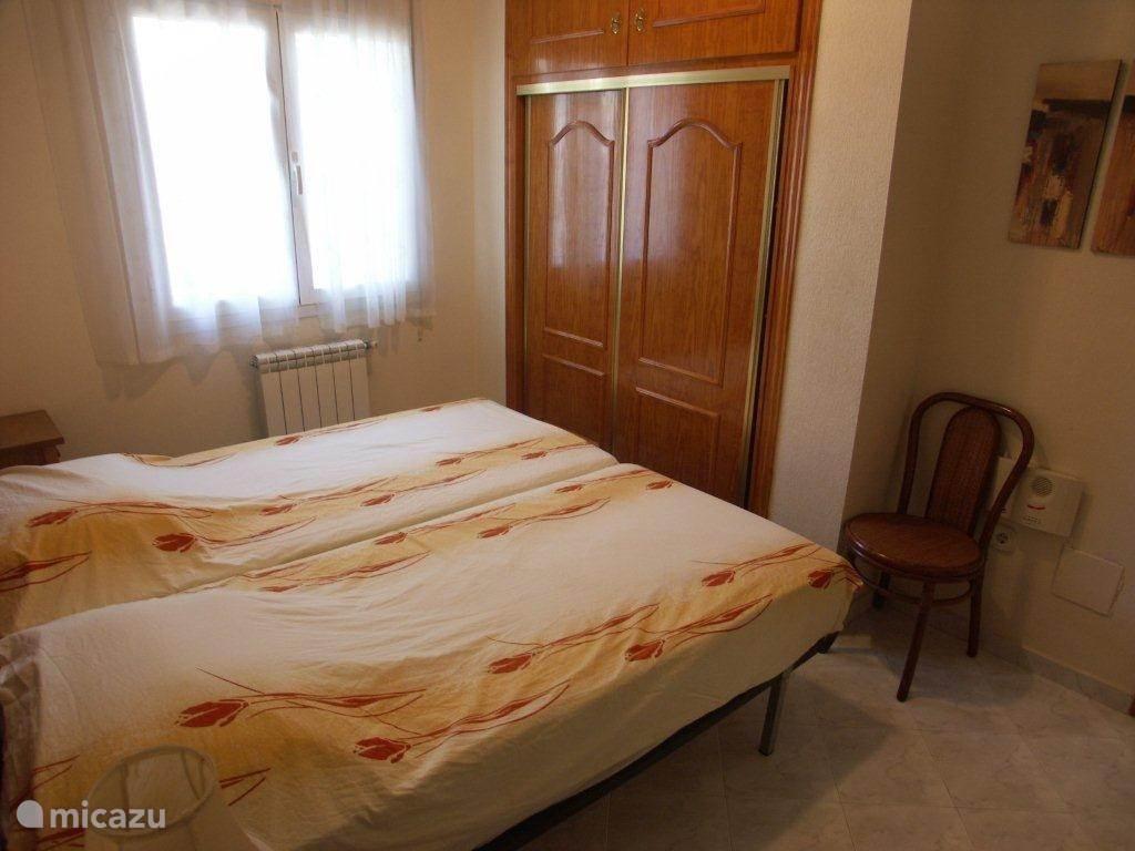 Slaapkamer twee met inbouwkasten.