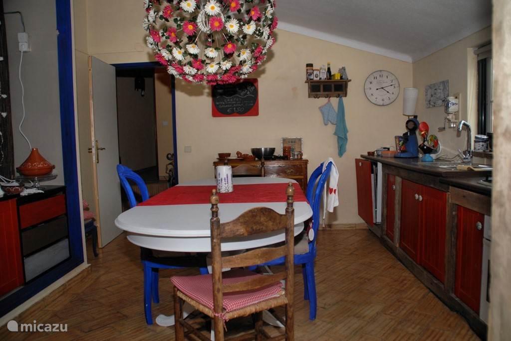 Keuken vanaf de woonkamer. (2 slaapkamer appartement)