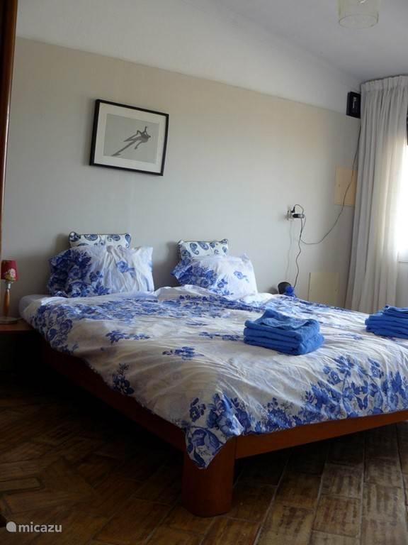 Slaapkamer met prive terras. (2 slaapkamer appartement)