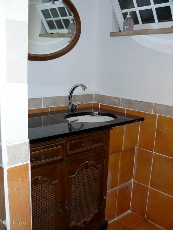 Badkamer met douche en toilet bij en suite slaapkamer van het 1 slaapkamer appartement.