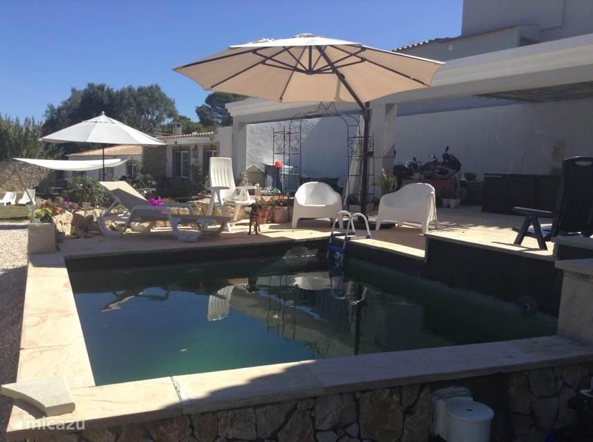 Zwembad met relaxstoelen.