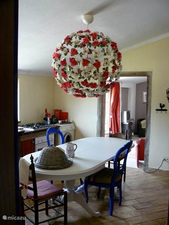 Gezellige, vrolijke keuken. (2 slaapkamer appartement)
