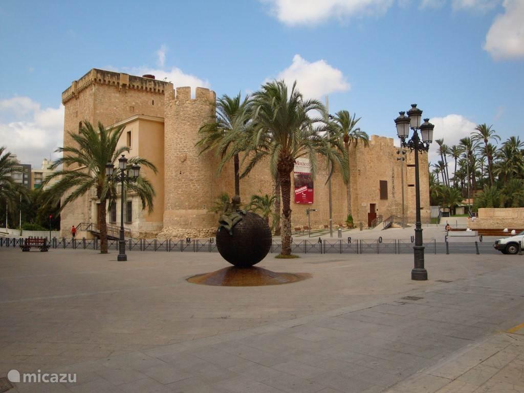 Elche,  een wereldstad met oude gebouwen, statige huizen en fantastische parken met palmbomen