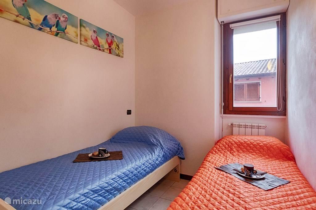 De tweede slaapkamer met twee een-persoonsbedden.