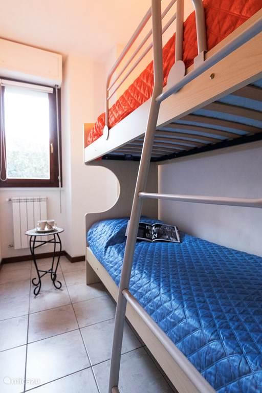 De derde slaapkamer met een stapelbed.