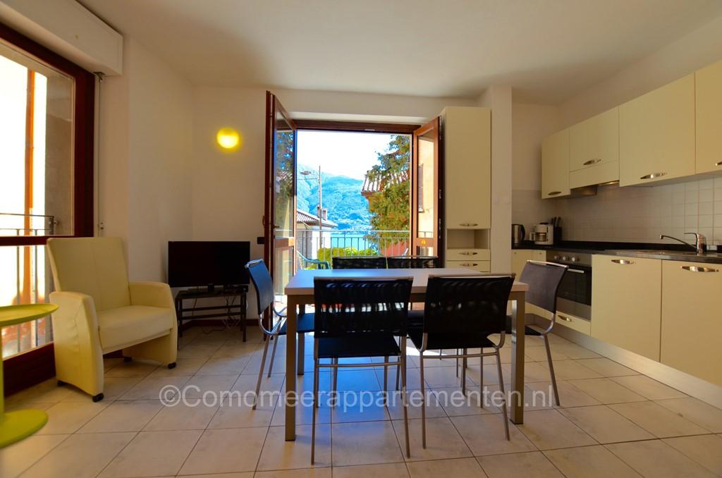 Ruime 4-kamer appartement pal aan het Comomeer, zeer rustig gelegen, 50 meter van het meer en strand met groenstrook, 4km van centraal Menaggio